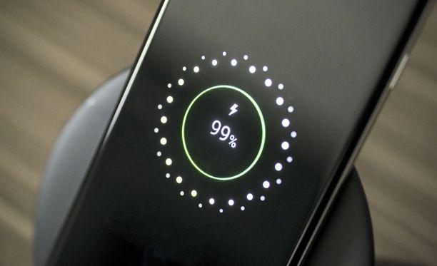 Langaton lataus ja pikalataus ovat puhelimien myyntivaltteja.