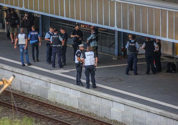 Poliisi tutki rikospaikkaa keskiviikkoiltana.
