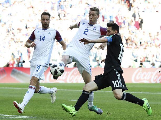 Birkir Saevarsson (kesk.) piti Leo Messin kohtalaisen hyvin kurissa (oik.) MM-avauksessa.