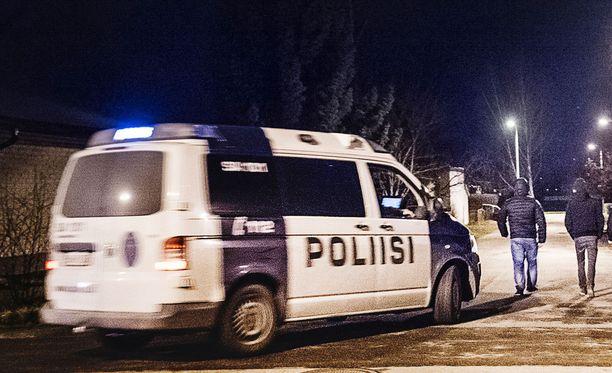Murtovarkaat iskivät porilaiseen omakotitaloon perjantaiyöllä. Poliisi on ottanut kiinni kolmejäsenisen koplan. Kuvassa Porin poliisin partio, mutta kuvan henkilöt eivät liity tapaukseen.