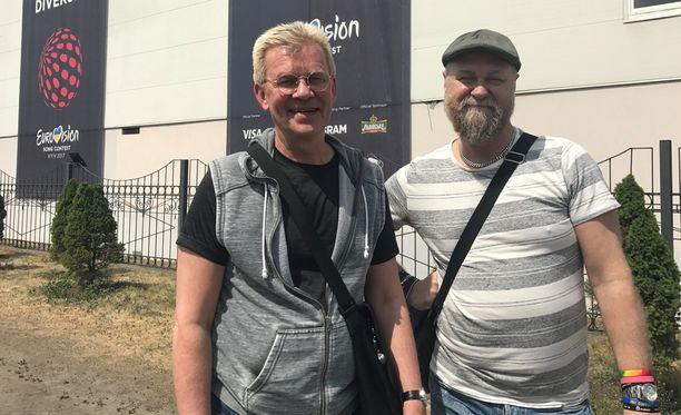 Calle (vas) ja Robert ovat kiertäneet euroviisuja 11 vuotta.