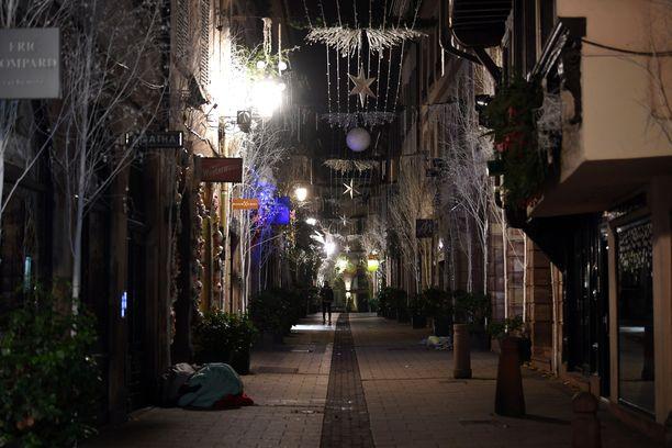 Strasbourgin kadulla lojui mytyssä vilttejä, joilla uhreja oli peitelty.
