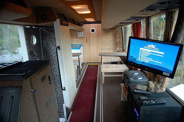 LÄHDE MAAILMALLE Vuokrattavan saunabussin matkassa voi laulaa karaokesuosikkeja ja juhlistaa polttareita.