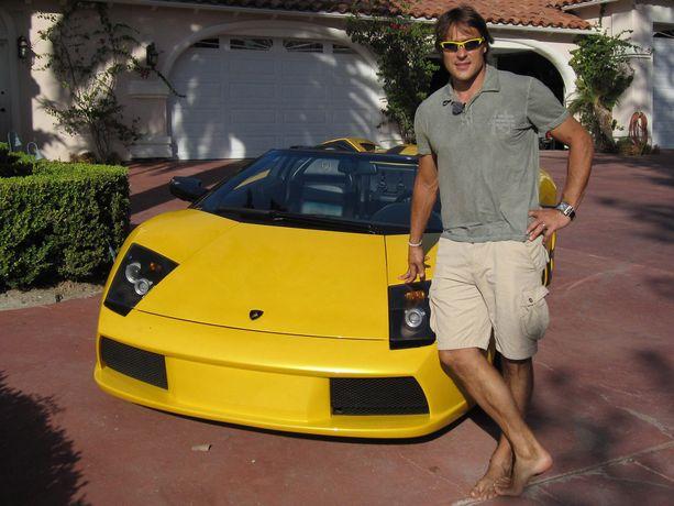 Vaikka Selänne arvostaa klassikkoautoja, on hänellä silmää myös moderneille urheiluautoille. Tässä vuonna 2010 otetussa kuvassa Selänne poseeraa Lamborghininsa kanssa.