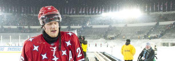 HIFK:n puolustaja Toni Söderholm kiekkoili Olympiastadionin lumipyryssä.
