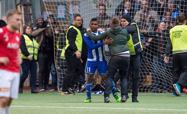 HJK:n Alfredo Morelos juhli maaliaan fanien kanssa.