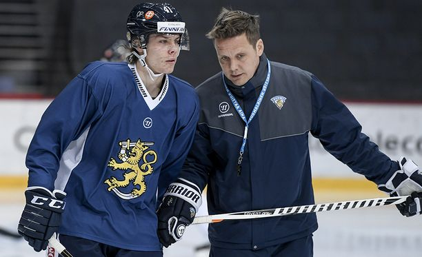 Päävalmentaja Lauri Marjamäki (oik.) jutteli Leijonien treeneissä puolustaja Miro Heiskasen kanssa.