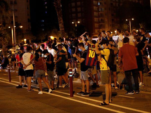 Culét eli Barcelonan fanit eivät ottaneet hyvällä Messin lähtöhaluja. Kannattajien syyttävä sormi osoittaa koko seuran alennustilasta suoraan nykyistä puheenjohtajaa Josep Maria Bartomeua.