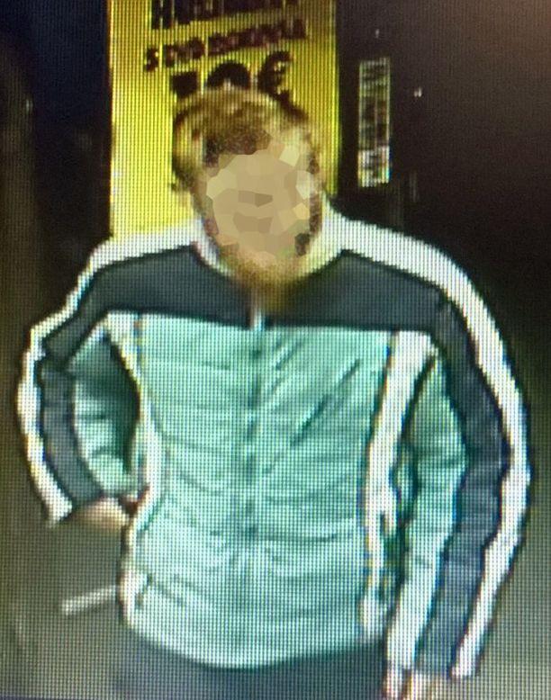 Poliisi julkaisi kuvan etsitystä epäillystä. Henkilöä epäillään ryöstöstä ja ryöstön yrityksestä.