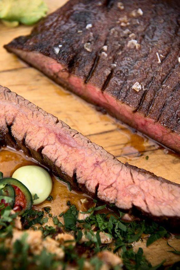Flank steak eli naudan kuve on naudan vatsasta leikattu litteä osa, jossa on suuret säikeet ja sopivasti rasvaa. Lihasta tulee mureaa, kun sitä on riiputettu kunnolla.