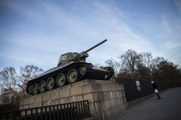 T-34-panssarivaunu Berliinissä neuvostoliittolaisten kaatuneiden muistomerkillä.