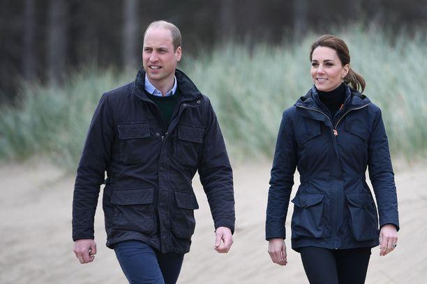 Prinssi Williamilla ja herttuatar Catherinella on kehonkieliasiantuntijoiden mukaan varsin normaali parisuhde.