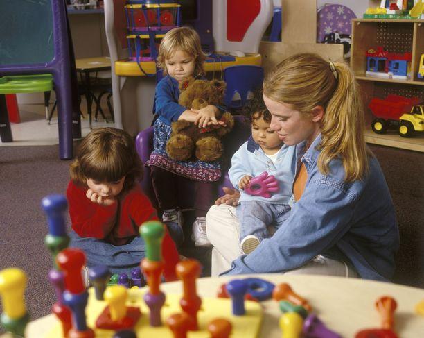 Lastenhoitotyöntekijöistä on pulaa.
