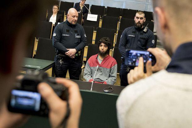 Bouanane ei maanantaina suostunut tulemaan oikeussaliin, kun uhrit kertoivat kokemuksistaan.