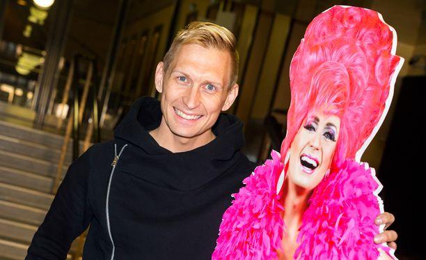 Marko Vainio on muuntautunut 10 vuoden ajan Miss Divetiksi ammatikseen. Lauantaina Vainio juhlisti kymmenvuotis-juhlashowŽn lisäksi myös perjantaista 35-vuotispäiväänsä. -2000 kertaa olen vetänyt sukkahousut jalkaan niin, että siitä on maksettu, Vainio sanaili yleisölleen.