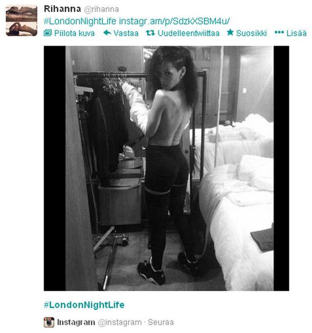 Rihanna ei pelkää poseerata vähissä vaatteissa.