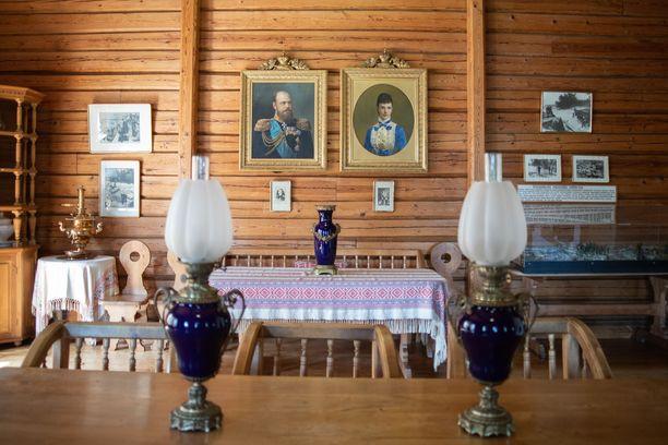 Keisaripariskunnan kuvat ovat esillä heille rakennetun kalamajan seinällä. Kesäpaikan kalustus ja esineistö on pitkälti alkuperäistä.
