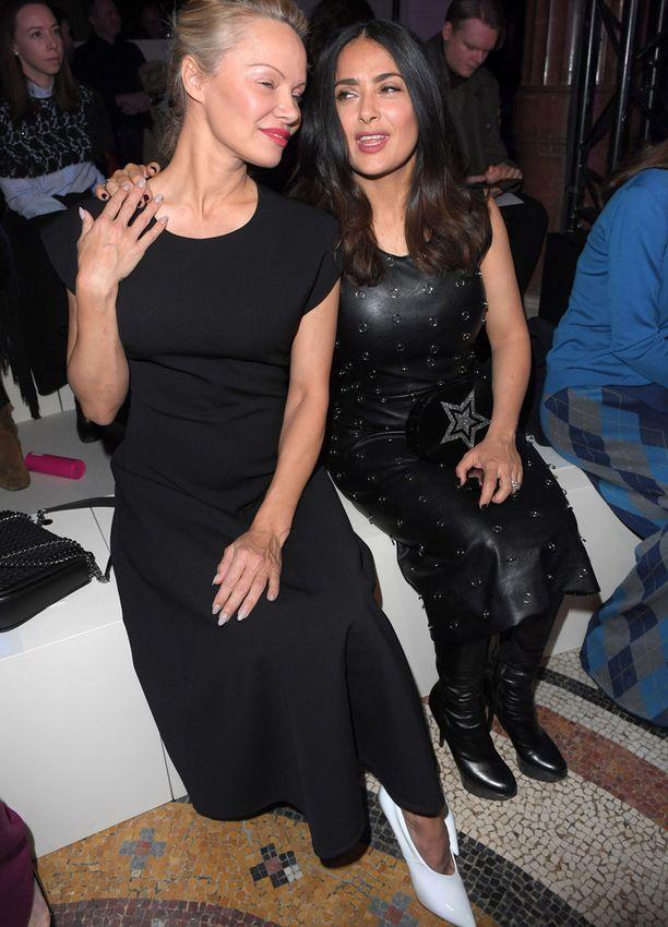 Pamela Anderson viihtyi Salma Hayekin seurassa.