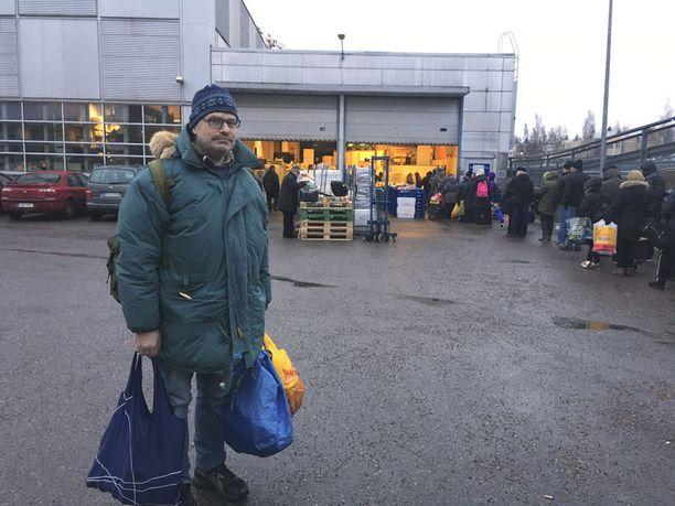 Viiskulmassa Helsingin kantakaupungissa asuva Veli-Jukka Kokkonen kävi hakemassa ruokaa Myllypurosta Itä-Helsingistä.