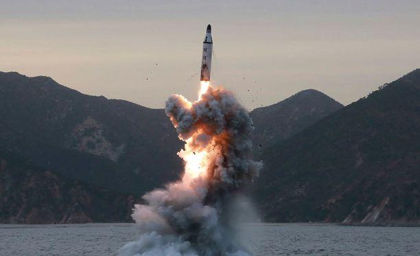 Ohjuksen lentoradasta ei heti kerrottu tarkempaa tietoa. Kuva on Pohjois-Korean julkaisema kuva ohjuskokeesta keväällä 2016.