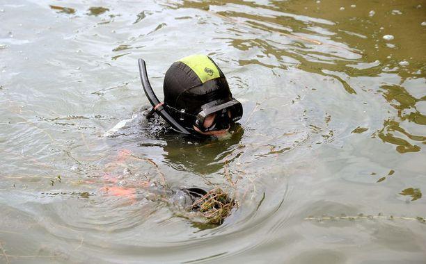 Pelastuslaitoksen sukeltajat saivat nostettua auton kuljettajan vedestä. Häntä ei kuitenkaan pystytty pelastamaan. Kuvituskuva.