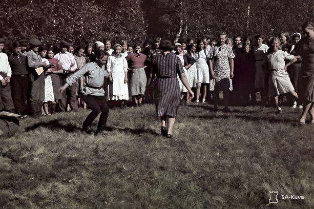 Elokuinen maanantai vuonna 1942 vierasheimoisten työosastolla. Leirin suutari oli jo ehtinyt korkeaan ikään, mutta ripaska sujui siitä huolimatta - tai juuri siksi - hyvin. Inkeriläiset olivat haluttua työvoimaa jo kielensäkin vuoksi. Vuoden 1942 alussa suomensukuiset vangit vapautettiin leiriltä ja siirrettiin maataloustöihin ympäri Suomea, kertoo Inkeriläisten viesti (2/2015).
