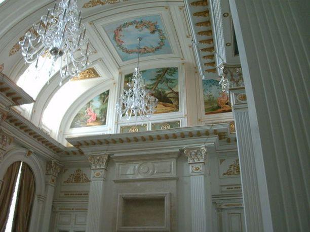Sisätilat on kruunattu muun muassa kattomaalauksin.