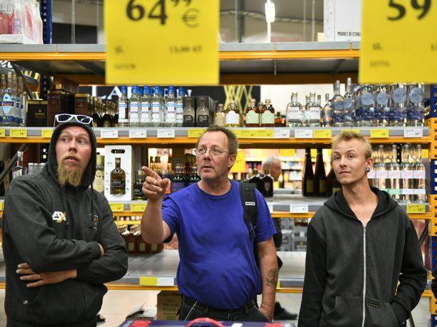 Tomi, Harri ja Roy kävivät ensin tarkistamassa laivan hinnat. Kuvassa he katsovat hintoja Tallinnan SuperAlkossa. Heidän matkasuunnitelmansa osui sattumalta veronalennuksiin.