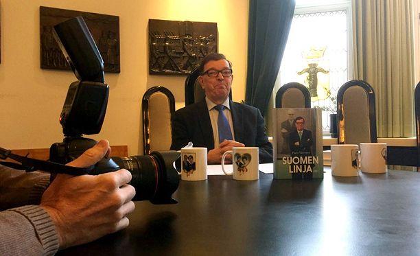 """Presidenttiehdokkaaksi pyrkivä keskustan kunniapuheenjohtaja, oman puolueensa perustanut Paavo Väyrynen kritisoi päättäjiä siitä, että """"Suomen täysivaltaisuutta kaventavia ratkaisuja"""" ei ole kaikin osin tuotu eduskunnan käsiteltäväksi."""