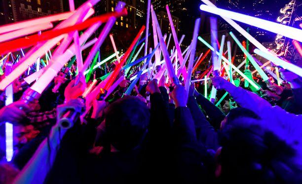 Star Wars on aiheuttanut fanihysteriaa ympäri maailman. Kuvassa Los Angelesissa käyty valomiekkataistelu.
