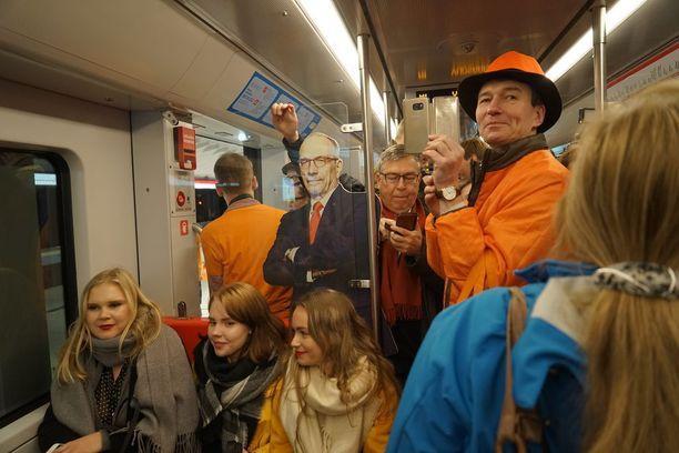 Länsimetron avautuminen matkustajaliikenteelle veti junan täyteen ihmisiä jo ensimmäisellä asemalla. Tunnelma oli tiivis mutta iloisen juhlava.