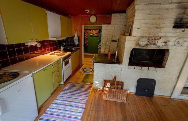 Ilmoituksessa kerrotaan, että vähäisten omistajanvaihdosten takia talon pohjaratkaisu on pysynyt vuosien aikana pääpiirteissään samana. Talossa oli leivintupa, mankelihuone ja kaksi renkikamaria.