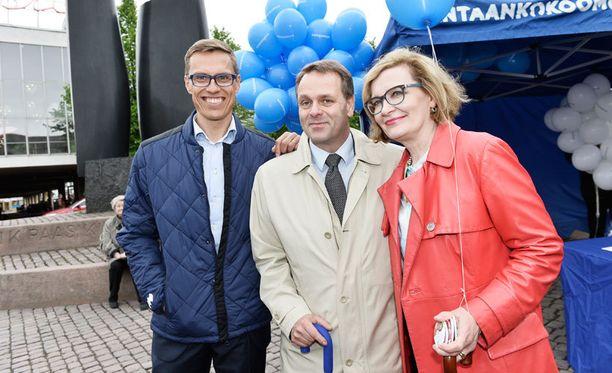 Alexander Stubb, Jan Vapaavuori ja Paula Risikko kohtasivat kokoomuksen puheenjohtajatentissä.