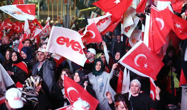 Erdoganin AK-puolueen ja kyllä-äänten kannattajia Ankarassa sunnuntaina.