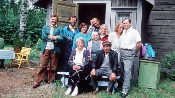 Kim Floor muistetaan myös suositusta Metsolat-sarjasta, joka on parhaillaan katsottavissa Yle Areenassa. Kim Floor toinen vasemmalta takarivissä.