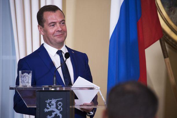 Venäjän pääministerin Dmitri Medvedevin hymy ei juuri hyytynyt tiedotustilaisuuden aikana, vaikka siellä puitiin vakavia asioita.