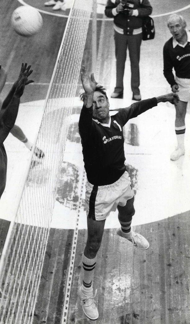 Presidentti Mauno Koivisto tunnettiin myös innokkaana lentopalloilijana. Kuva vuodelta 1982.