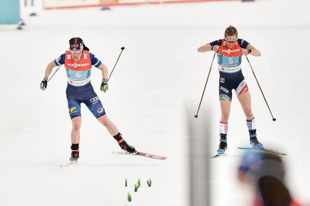 Krista Pärmäkoski (vas.) kukisti USA:n Jessie Digginsin loppukirissä torstain MM-viestissä.