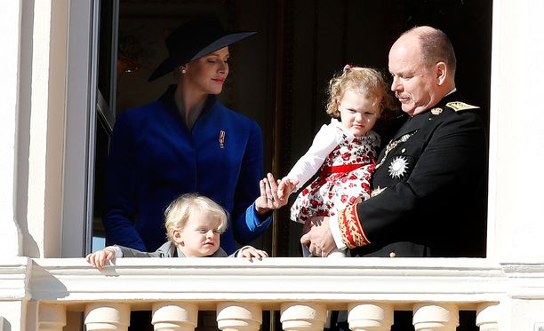 Monacon ruhtinas perheineen vilkutti parvekkeelta yleisölle Monacon kansallispäivänä marraskuussa.