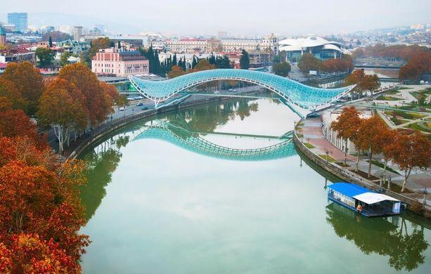 Tbilisissä sijaitseva Rauhansilta on moderni kävelysilta, joka valaistaan iltaisin komeasti.