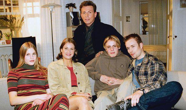 KESTOSUOSIKKI Salatut elämät vuosimallia 1999. Saippuasarja on ollut ponnahduslauta menestykseen muun muassa Jasper Pääkköselle (toinen oik.).