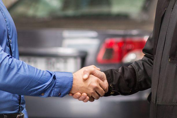 Automyyjän omavaltainen, säännöistä piittaamaton toiminta ei miellyttänyt työnantajaa.