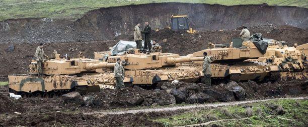 Turkin panssareita asemissa Syyrian rajalla keskiviikkona.