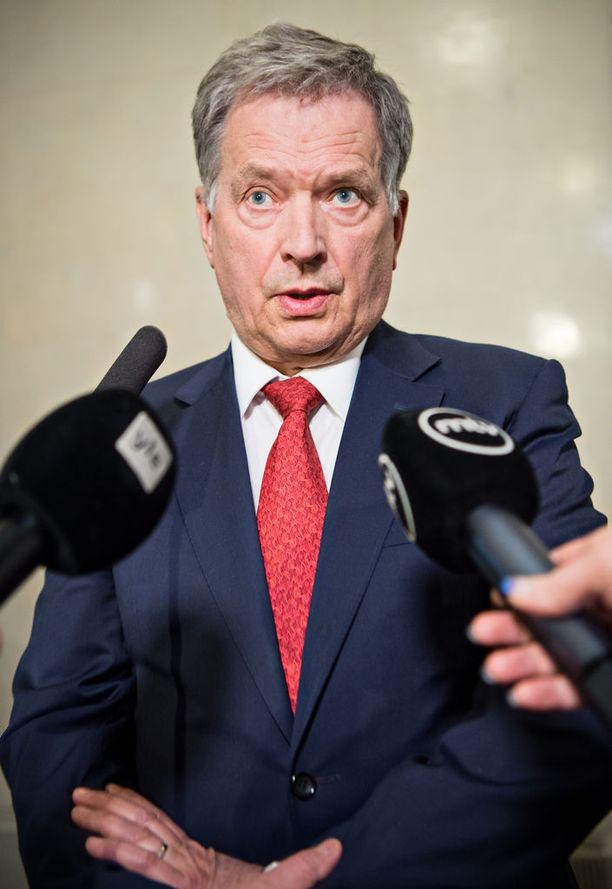 Tasavallan presidentti Sauli Niinistön suosikkijoukkue on Hollanti, mutta koska Hollannin joukkue ei pelaa Venäjällä järjestettävissä jalkapallon MM-kisoissa, Niinistö uskoo, että Saksa voittaa maailmanmestaruuden ja Islanti saa pronssia.