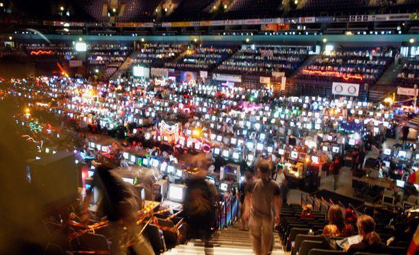 Assemblyt ovat vetäneet tietokone- ja peliharrastajia puoleensa jo vuosikausia. Vuonna 2003 tapahtuma järjestettiin Hartwall Areenalla.