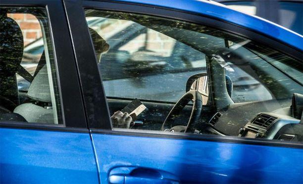 Vielä toistaiseksi matkapuhelimen käyttö liikennevaloihin pysähtymisen yhteydessä on rangaistava teko.