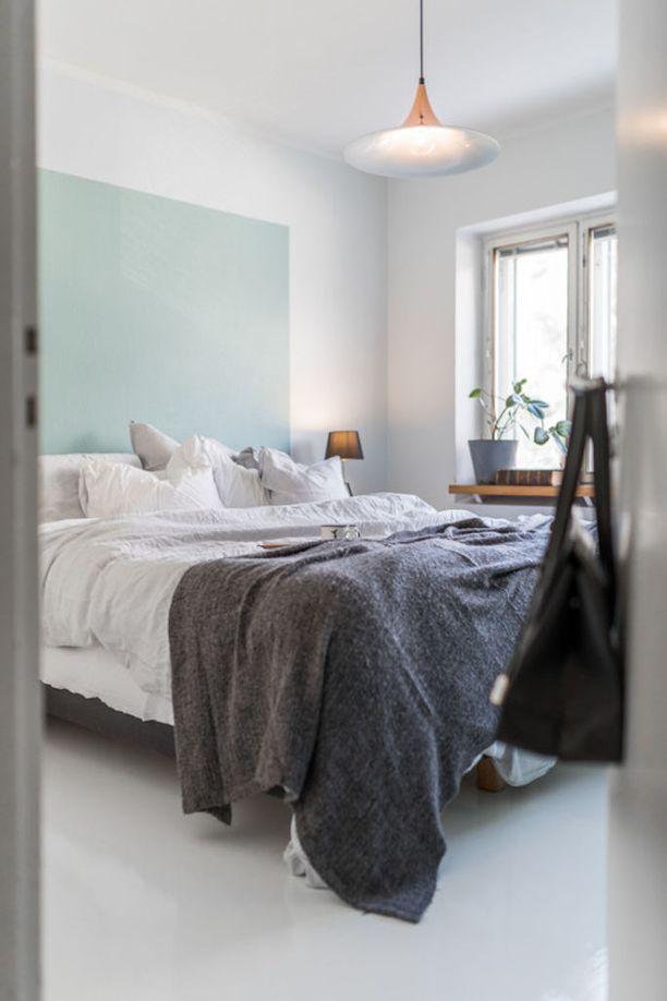 Sängynpäädyn voi toteuttaa myös näin - maalaamalla seinästä tietyn määräalan omalla suosikkivärillä. Idean helppous on siinä, että seinän voi uusia nopeasti lempivärin muuttuessa.