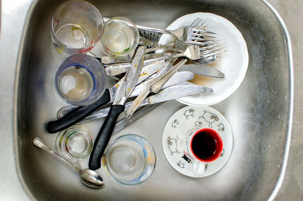 Vieras panee sotkuiset tiskit merkille keittiössäsi.