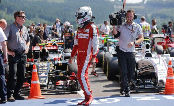 Ferrarin Sebastian Vettel syyttää rengasrikoista Pirelliä.