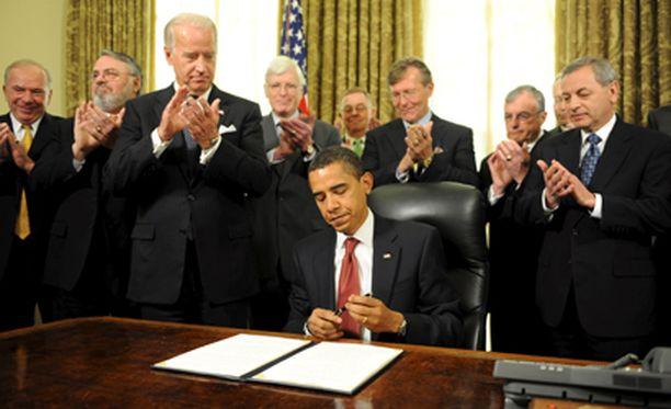 Obama allekirjoitti Guantanamo-päätöksen sankan virkamiesjoukon ympäröimänä.